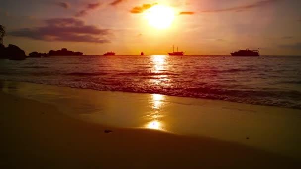 Výletní lodě a čluny Tour na obzoru při západu slunce