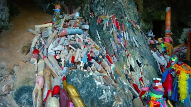 Haufen bemalter Holzpenisse, die an einem buddhistischen Schrein angeboten werden