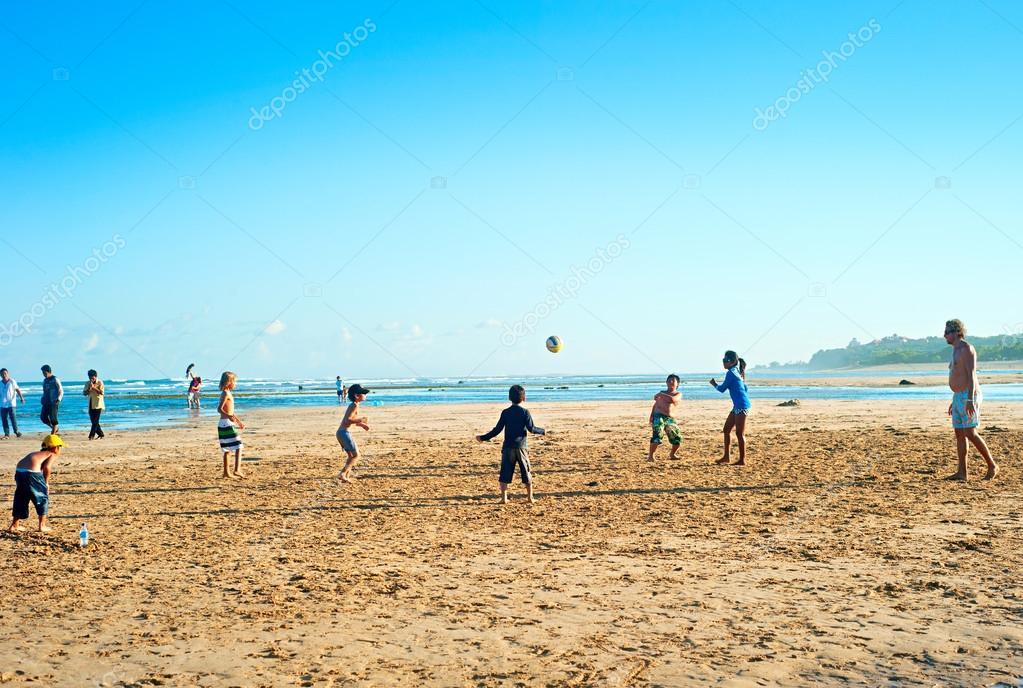 Grupo De Niños Jugando Con Una Pelota En La Playa