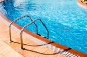 modré bazénové vody