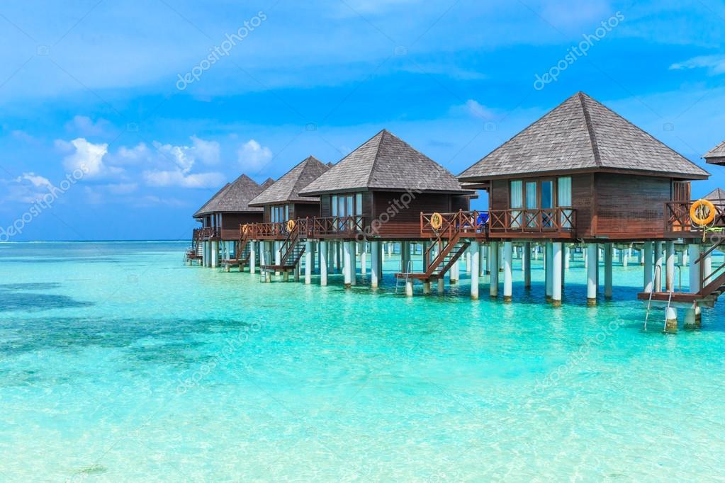 bungalows el agua en maldivas foto de stock