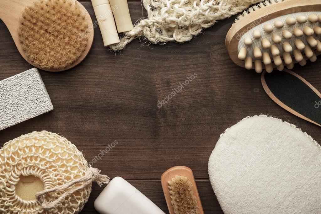 Accessori Bagno Marrone : Alcuni accessori bagno su fondo in legno marrone u foto stock