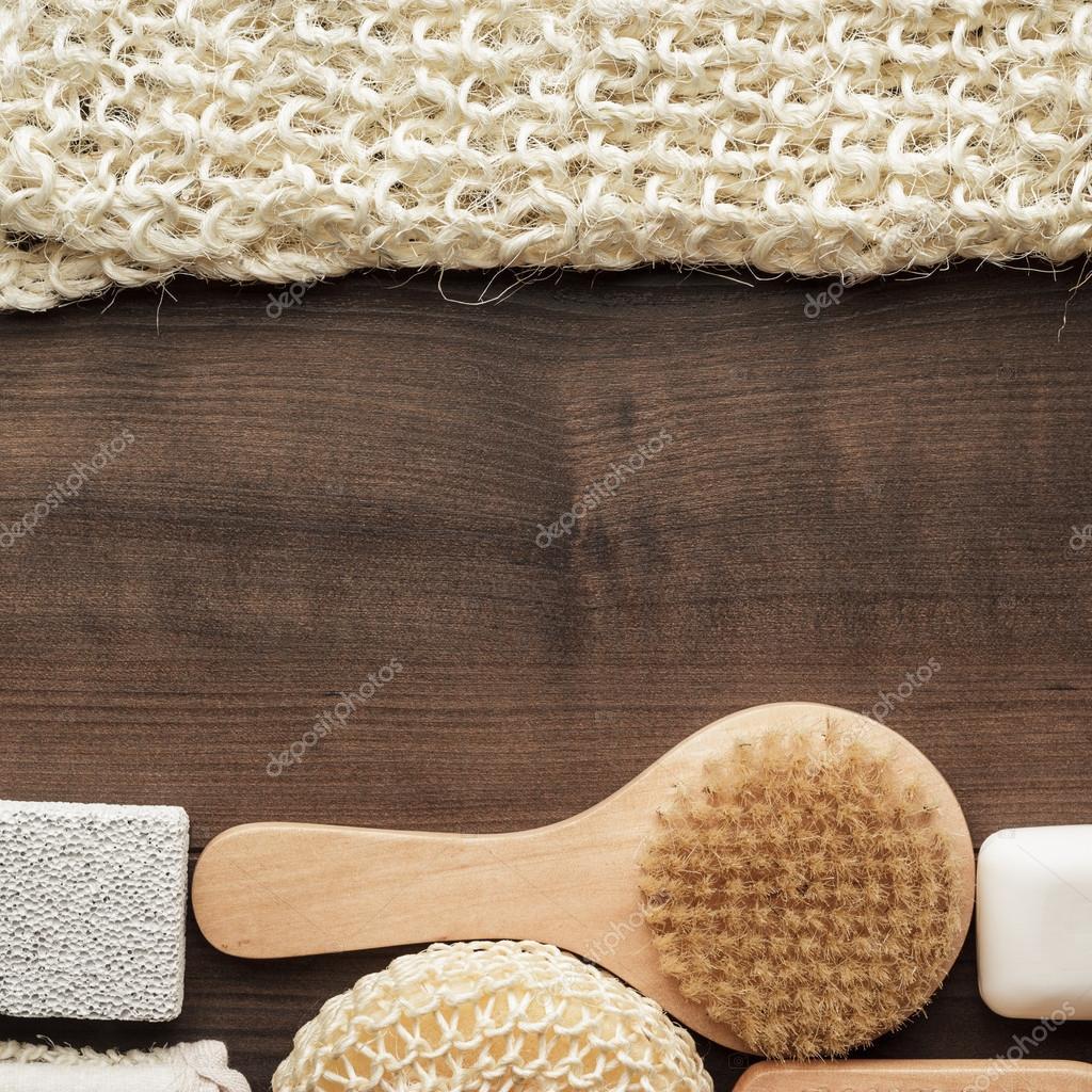 Alcuni accessori bagno su fondo in legno marrone — Foto ...