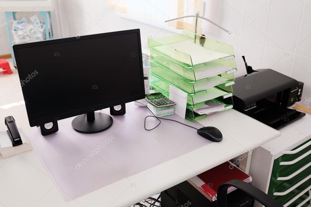 Läkare kontor bord med office-verktyg — Stockfotografi © uatp12 ...