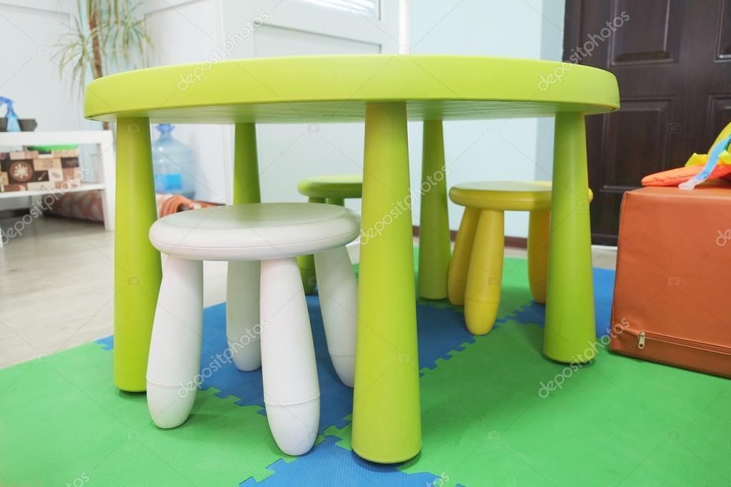 Plastic Stoel Kind : Kleurrijke kunststof kinderen stoelen u2014 stockfoto © uatp12 #71039635