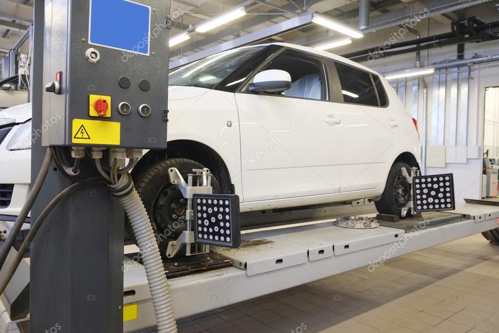 afbeelding van een auto in een garage voor reparatie foto van uatp12