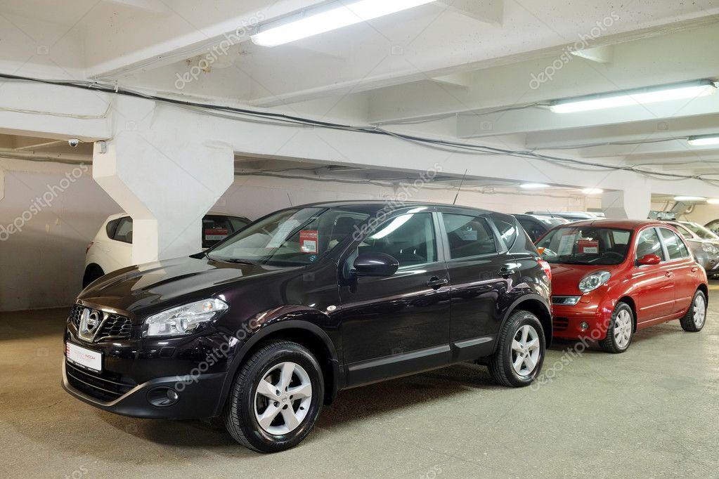 Gebrauchte Autos Im Showroom Des Händlers Redaktionelles Stockfoto