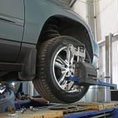 autó javítás alatt