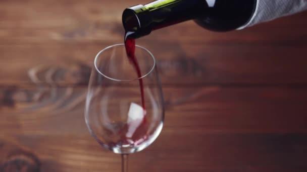 Rotwein ins Glas gegossen