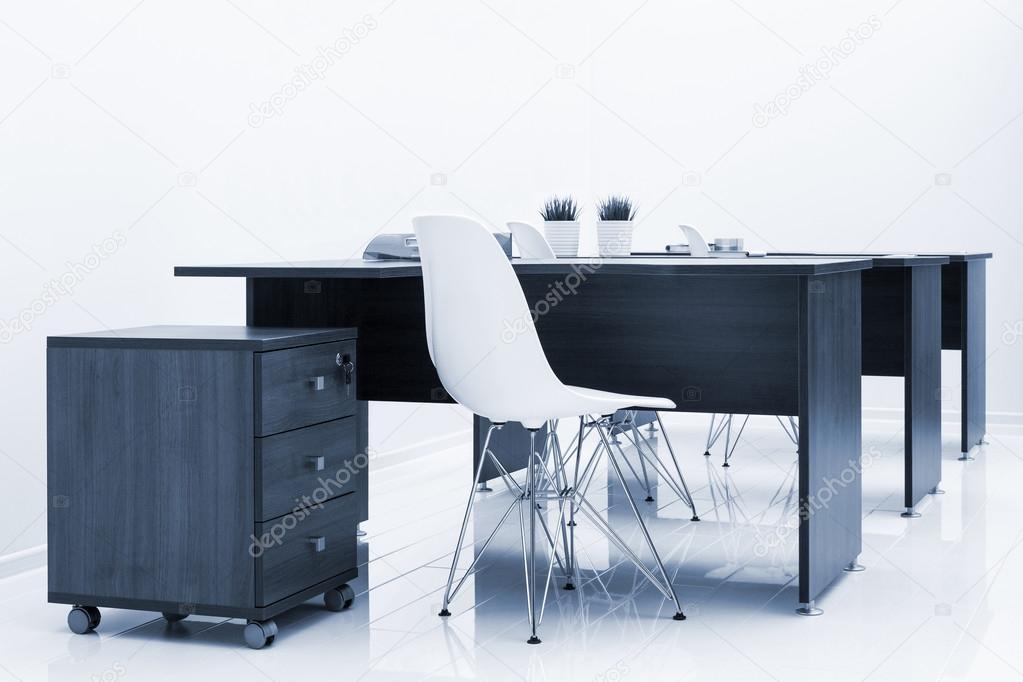 Tavoli in legno e sedie di plastica u foto stock igterex
