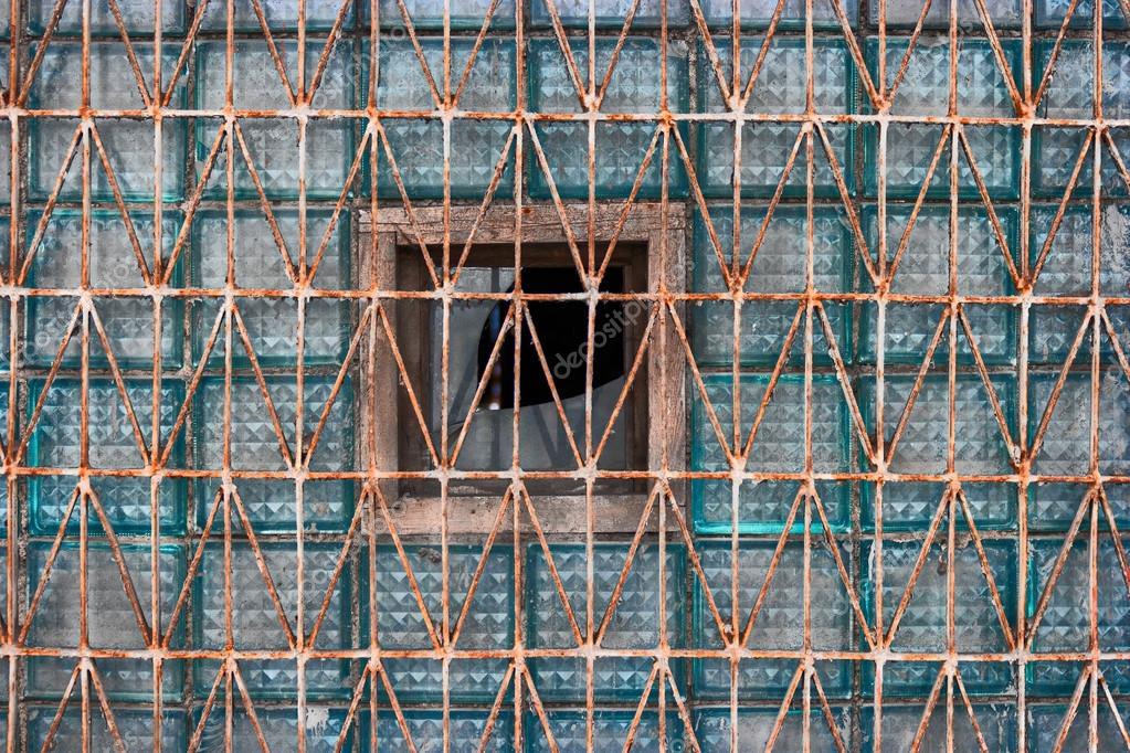 Brique De Verre De Lancienne Fenêtre Recouvert De Grille Rouillée