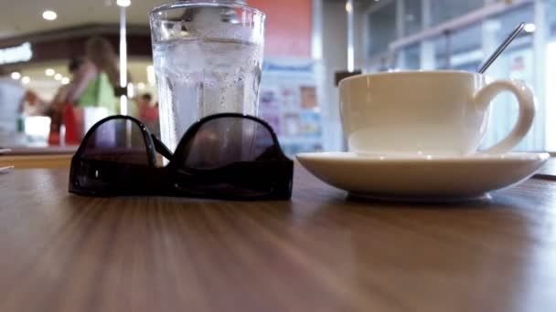 Kávé és napszemüveg a táblázat