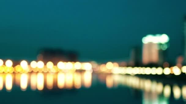 Niewyraźne Tło Widok Na Miasto Od Rzeki Nocy Na Nabrzeżu Miasta Latarnie Wiersz Odbicie W Wodzie I Przepływ Samochodów Obraz W Tonację żółto Zielony