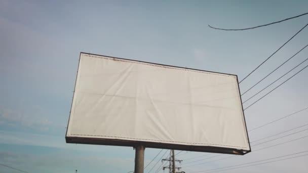 Plakatwand am Straßenrand. Leere Plakatwand für Außenwerbekampagne