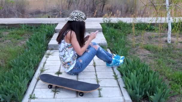 Sportlich-weiblich-messaging mit Smartphone