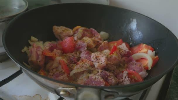 Vepřové maso a zelenina na pánvi