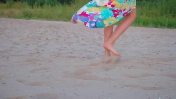 Letní venkovní obraz nohám mladá krásná žena na pláži v létě na dovolené tropic island baví u moře na písku