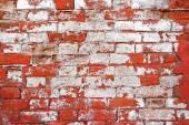 Zvětralé zdi, polovinu maloval v bílé barvě