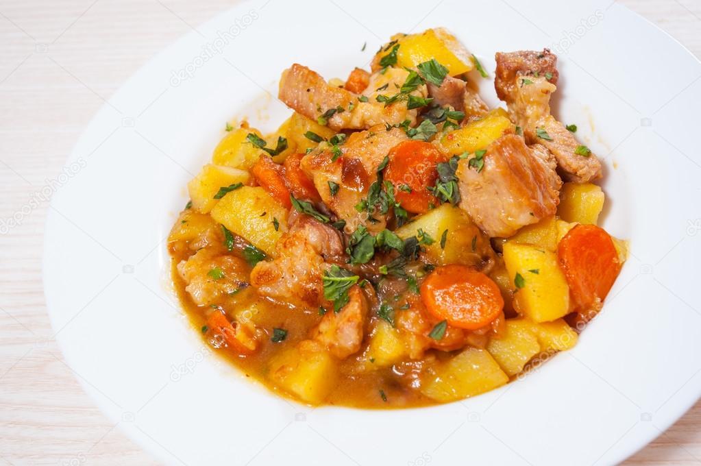 Тушеная говядина с морковкой и луком