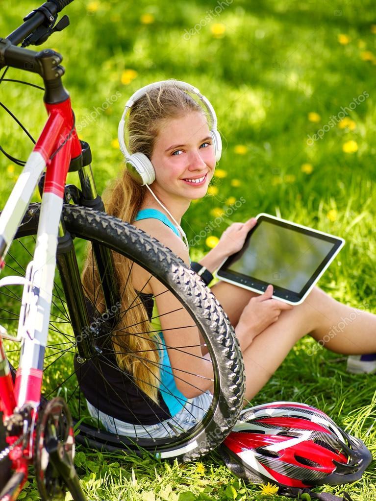 ce1f5b41 Rowery, Kolarstwo Dziewczyna nosi zegarek zestaw słuchawkowy w ...