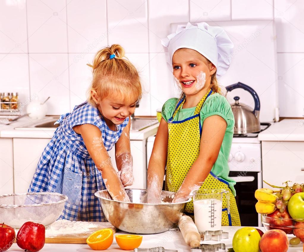 Desayuno De Los Niños En La Cocina