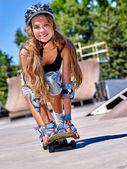Fotografie Teen Mädchen reitet sein skateboard
