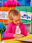 Fényképek Gyerek gazdaság színes papír, tábla az óvodában