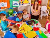 Gyermekek a tanár, hogy valami színes papír.