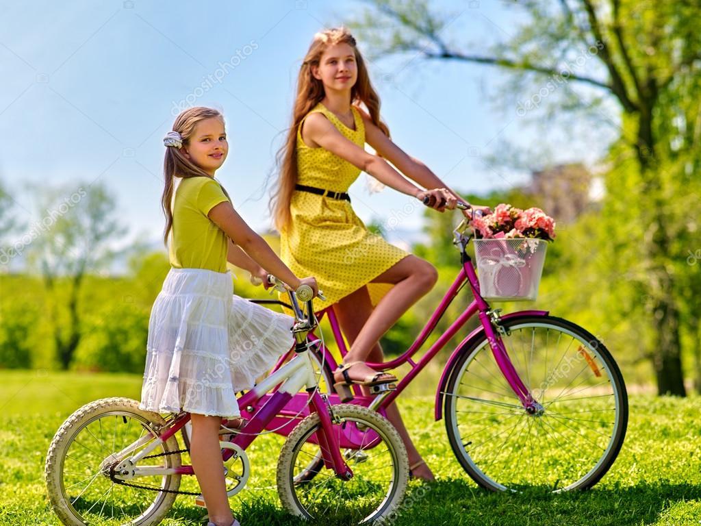 Lunares Paseos Parque — Usa Rojo Fotos El Vestido De En Bicicleta rxBoedC