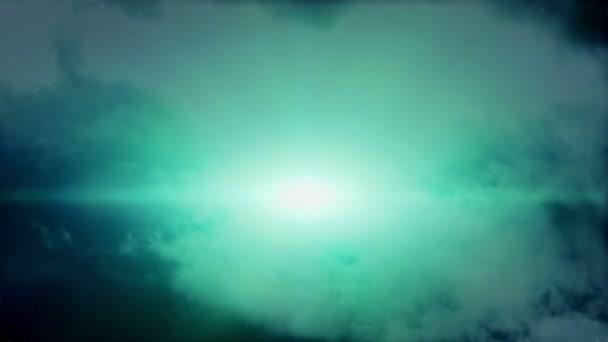 Krásná mladá čarodějnice létající na koštěti prorážet cloud masové.