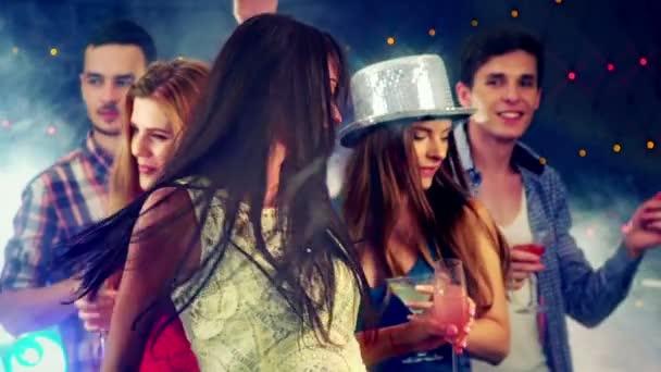 Mädchen mit Freunden tanzt in Nachtclub.