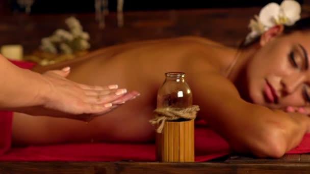 Detail ruce masérky s masážní olej ve spa salonu.