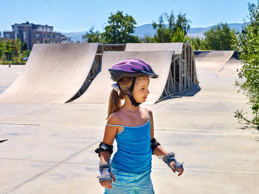 b44e3579 Dziewczyny, jazda na rolkach w skateparku. Odkryty — Zdjęcie ...