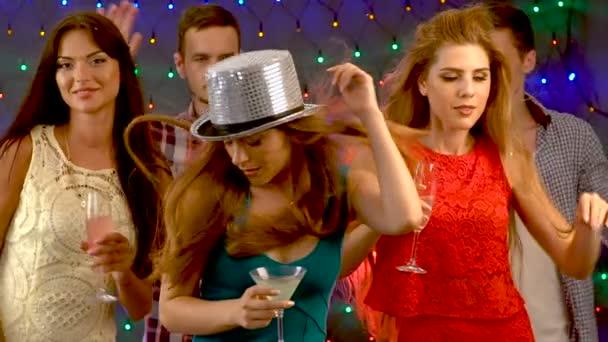 Zpomalení noční klub party kluby tanec a pití spolu