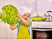 dítě vaření v kuchyni