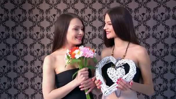 Lesbische Frauen küssen und geben Geschenke