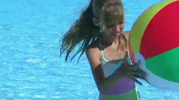 Dětské plavání v bazénu s míčem