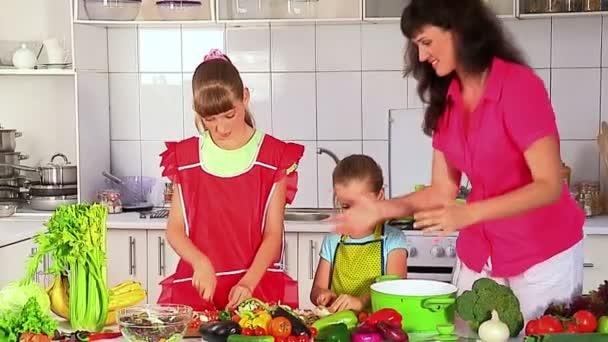 Matka a dcery vaření v kuchyni