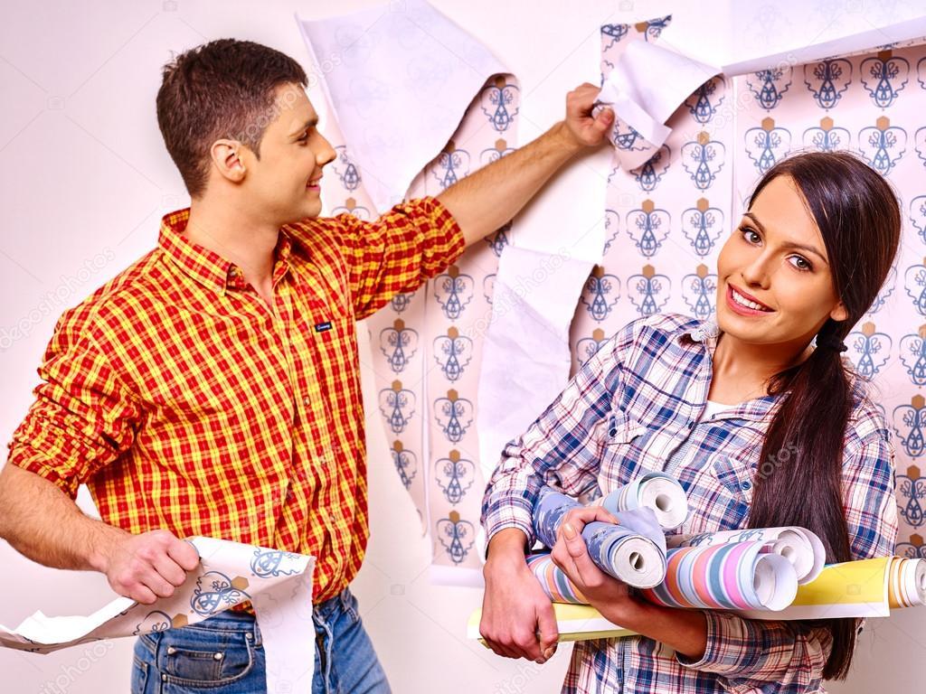 Famille colle papier peint à la maison . — Photographie poznyakov © #76106243