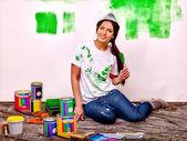 žena nátěr zdi doma