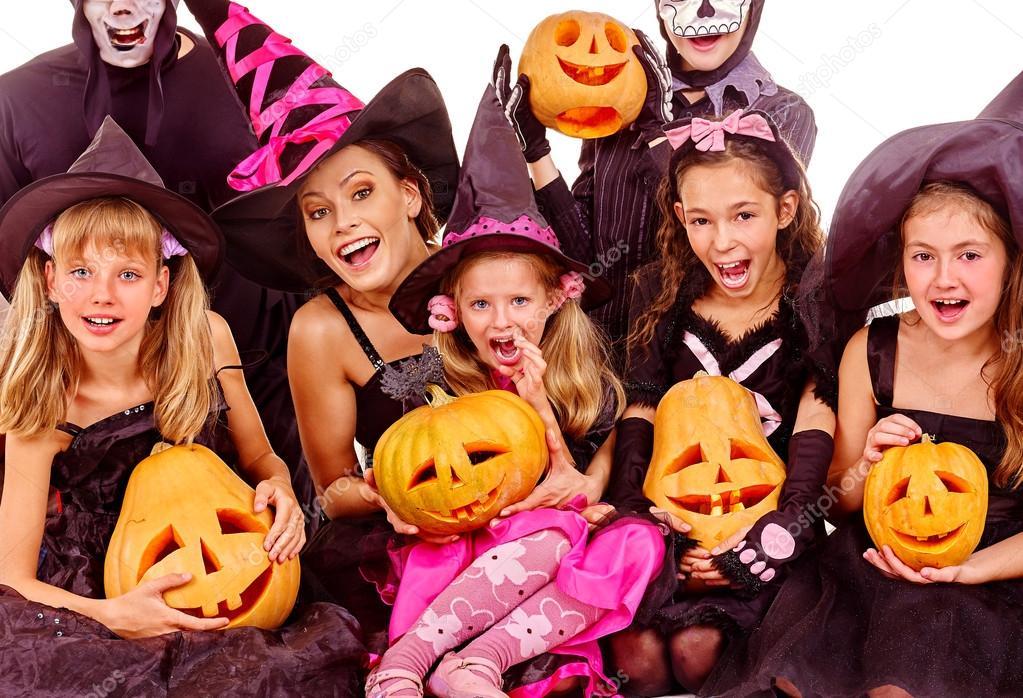 Halloween Gruppo.Festa Di Halloween Con Capretto Gruppo Holding Intaglio Zucca Foto