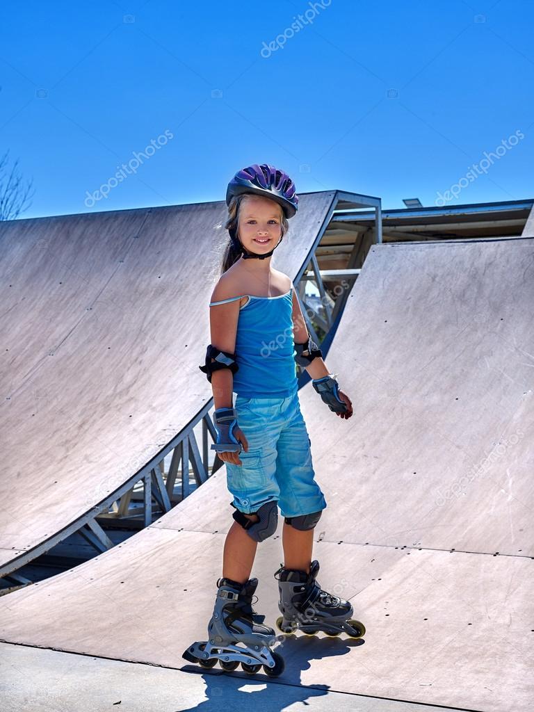 903fd8e7 Dziewczyna jazda na rolkach w skateparku. — Zdjęcie stockowe ...