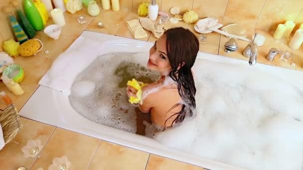 Mladá žena se perličková koupel. Pohled shora