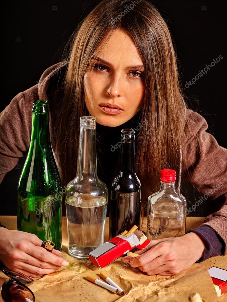 Пьяные девушки возбуждают себя бутылкой фото 450-593