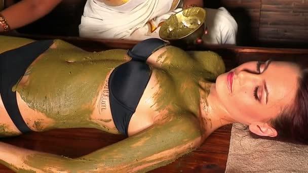 Žena s tělovou masku zelený jíl