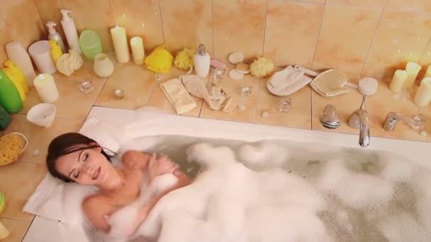 žena relaxační v bublinkové lázni