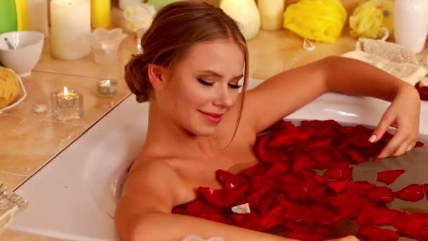 Lány véve fürdő rózsaszirmokkal