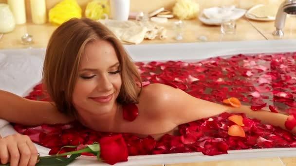 Přijetí koupele dívka s růží v lázni