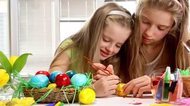 gyerekek festék húsvéti tojás otthon
