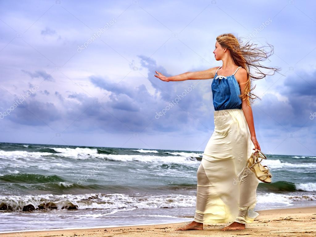 872adff4 Dumna kobieta udaje się na wybrzeże przed burzą. — Zdjęcie stockowe ...
